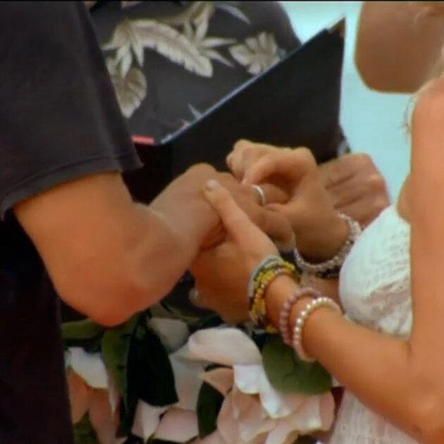 Отношения  между певцом Митей Фоминым и певицей и телеведущей Екатериной Гордон развивались настолько стремительно, что уже  на 22-й день испытаний, пара решила связать себя узами брака