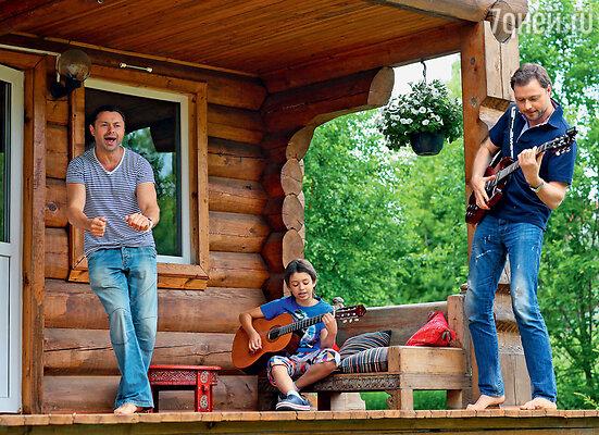Домашняя рок-группа «Братья Носковы и сын» (Аккомпанирует на акустической гитаре сын Андрея Тимофей)