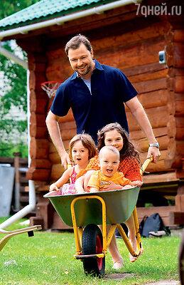 Илья любит прокатить с ветерком своих детей Соню, Савву иплемянницу Глашу