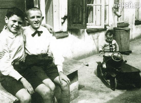 Пока отец был в Бразилии, мы с мамой и старшей сестрой очень бедствовали... Восьмилетний Донатас Банионис (слева) в Каунасе с другом