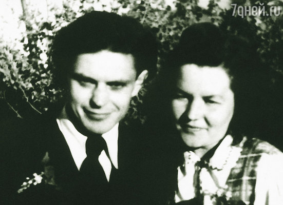 Я сказал Оне: «Я могу спасти тебя. У меня отец парторг... Давай поженимся!» Донатас и Она на свадьбе, 1948 г.