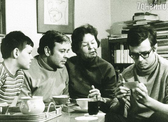 Испытания только сблизили нашу семью: старший сын (на фото справа), талантливый историк, в 45 лет умер от рака... Донатас Банионис с женой и сыновьями Эгидиюсом и Раймундасом