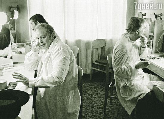 В Литве был принят закон, по которому пенсионеры могут получать либо пенсию, либо зарплату. В 2001 году я оставил Паневежский театр. Донатас Банионис в театральной гримуборной