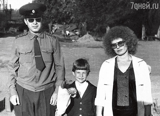 Арчи идет в первый класс. С отцом Александром Михайловичем и матерью Любовью Александровной. 1987 г.
