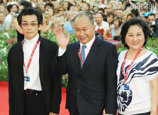 Джон Ву (в центре)