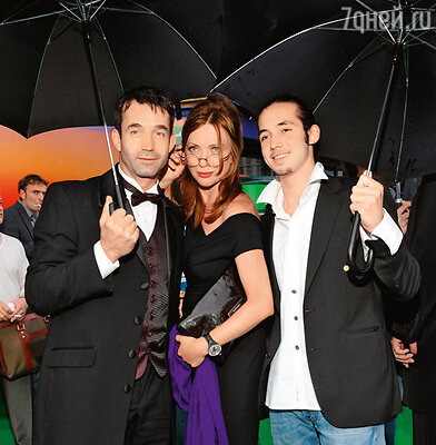 Дмитрий Певцов с женой Ольгой Дроздовой и старшим сыном Данилой