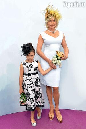 Анастасия Волочкова с дочерью Ариадной на скачках в Москве. 2014 г.