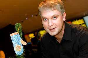 Сергей Светлаков нарядил елку варежками