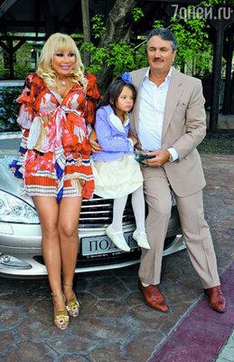 Нынешнего Машиного мужа Виктора Захарова я нашел сам! (на фото: с мужем и младшей дочерью Машей)