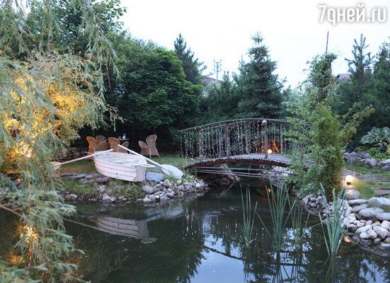 Шатер для празднования дня рождения установили на участке около дома Буйновых в уютном садике с прудом