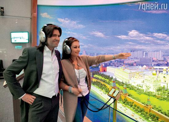 С женой Еленой у панорамы Москвы