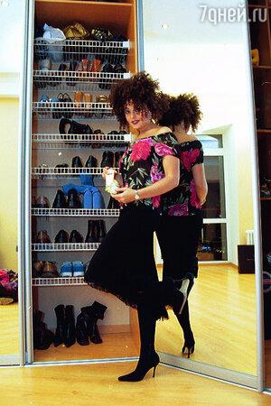 Обувь — единственная статья расходов, на которую Варум не жалеет денег. А эту юбку и блузку привез Анжелике Агутин из очередной гастрольной поездки. Они сели на певицу как влитые