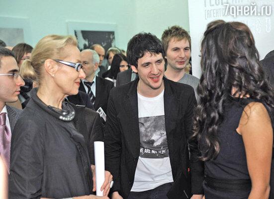 Актер Артур Смольянинов (в центре)