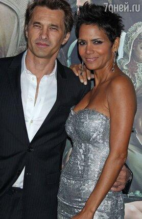 В сентябре 2010 года на съемках картины «Темный прилив» Холли Берри познакомилась с актером Оливье Мартинесом. Дружеские отношения переросли в романтические.