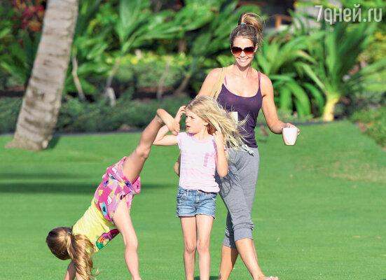 Со старшими дочерьми: восьмилетней Сэм и шестилетней Лолой Роуз