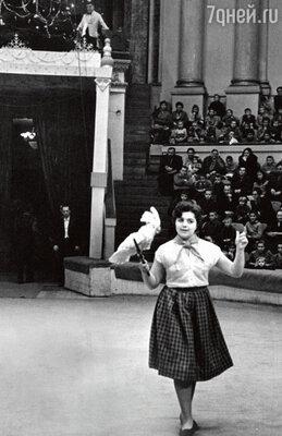 «За дрессированных попугаев для моего номера мама уплатила немалую по тем временам сумму — 1000 рублей. 1961 г.