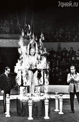 Трюк «Сожжение женщины» в исполнении Эмиля Эмильевича. Конец 1970-х