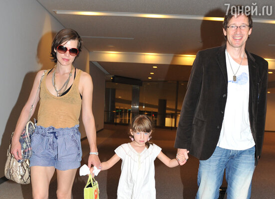 С мужем режиссером Полом Андерсоном и дочерью