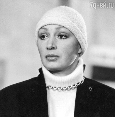 Внезапно перекрасившись из блондинки в рыжую, Татьяна Васильева снималась в шапочке..