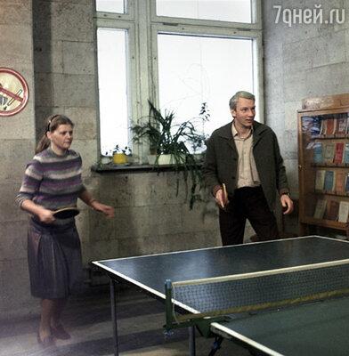 Среди хобби актера Владимира Носика не было пинг-понга. Он осваивал эту игру специально  ради съемок. (Кадр из фильма, актеры Ирина Муравьева и Владимир Носик.)