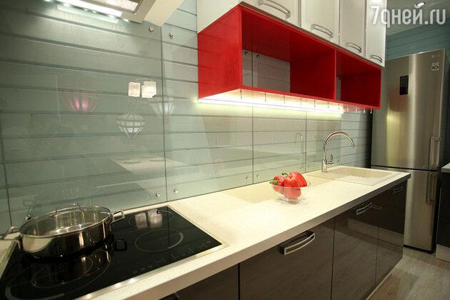 Идеи дизайна: большая кухня с парящими аэростатами