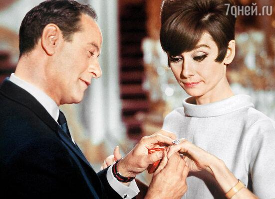 В фильме «Как украсть миллион» Одри Хепберн, чтобы Эли было удобнее ее поцеловать, решила сбросить туфли на каблуках