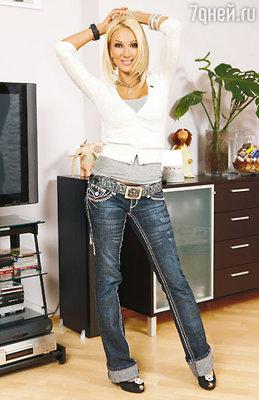 Ведущая говорит, что едва ли выйдет из дому в скромных джинсах и футболке, даже к самой заурядной одежде она обязательно подберет яркие аксессуары: ремень, серьги, бусы. А уж сколько джинсов в ее гардеробе — и не сосчитать!