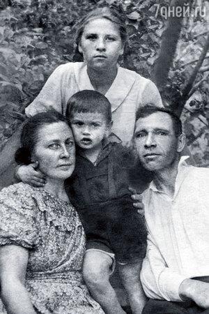 Наташа Мордюкова и родители Тихонова с внуком Володей в Павловском Посаде