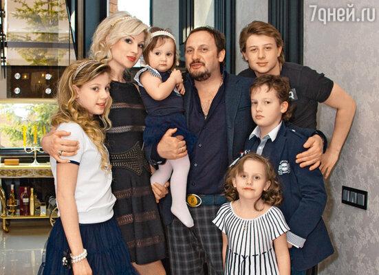 Cтас с женой Инной, сыном Никитой, дочерью Дашей, их общей дочкой Иоанной (на руках) и детьми Инны — Андреем (справа за Никитой) и Евой (слева)
