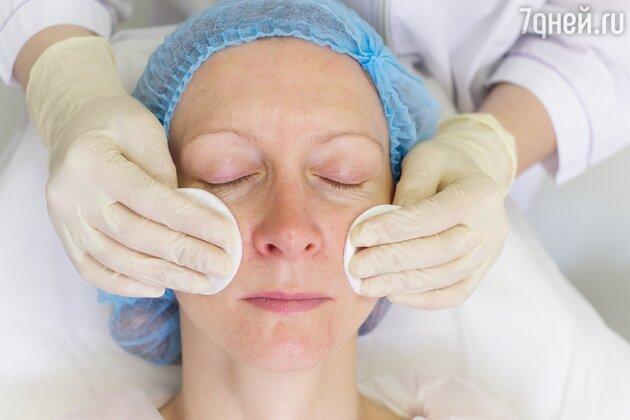 Сначала кожу очищают, потом обрабатывают антисептиком и наносят обезболивающий крем