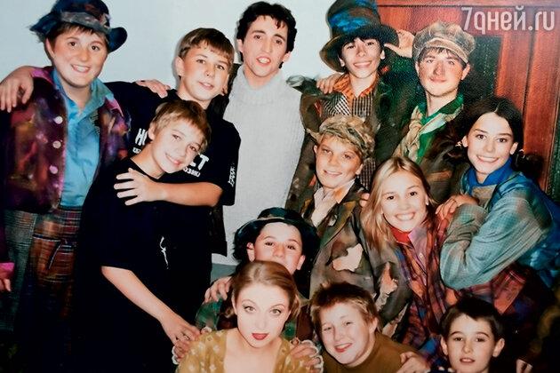 С детской труппой мюзикла и артистами Андреем Богдановым и Марией Шорстовой. Александра Розовская крайняя справа