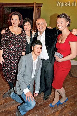 Александра Розовская с отцом и его семьей