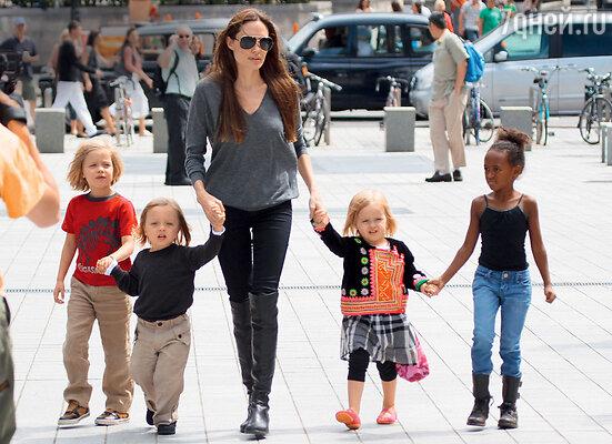 Анджелина Джоли с Шилох, близнецами — Ноксом и Вивьен иЗахарой