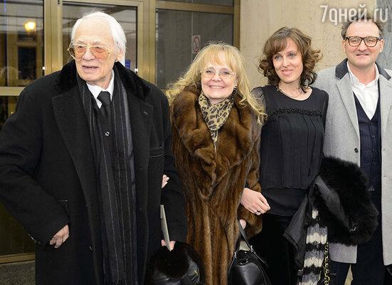 Владимир Наумов и Наталия Белохвостикова с дочерью Натальей и зятем