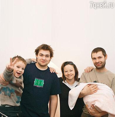 Евгения Добровольская с мужем Дмитрием, новорожденной и сыновьями Яном и Николаем