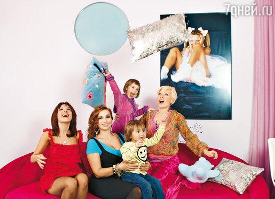 Подруги Маша Цигаль, Анфиса Чехова и Аврора, ее дочь Аврора-младшая и сын Цигаль Арсений