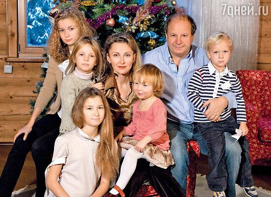 Дмитрий Астрахан с женой Еленой, дочерьми Марией, Натальей, Анной, Лизой и сыном Митей