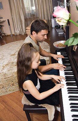 Шестилетняя Ева ходит в музыкальную школу, занимается вокалом