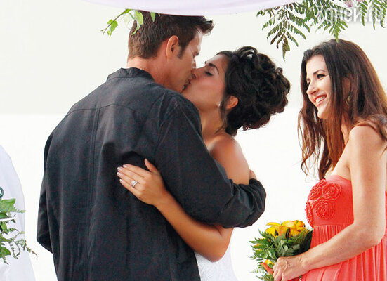 Первый поцелуй молодоженов