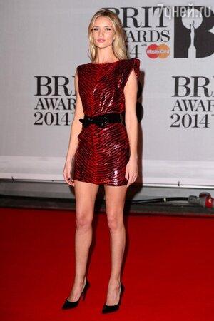 Роузи Хантингтон-Уайтли в платье от Yves Saint Laurent на церемонии BRIT Awards-2014