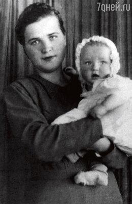 С мамой Геновефой Ивановной в эвакуации в Душанбе. 1942 г.