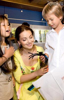 Наум показывает дочке актера Станислава Дужникова Устинье один из своих подарков