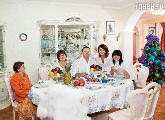 Жанна с мамой Ольгой Владимировной, папой Владимиром Борисовичем и сестрой Натальей