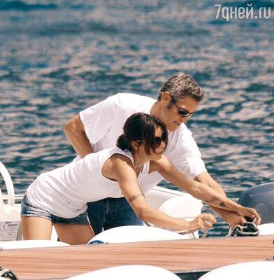 Джордж Клуни с подругой Элизабет на катере...