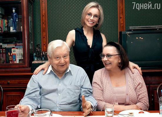 Олег Табаков с супругой Мариной Зудиной и Натальей Теняковой, исполнившей в новом спектакле роль жены героя Табакова