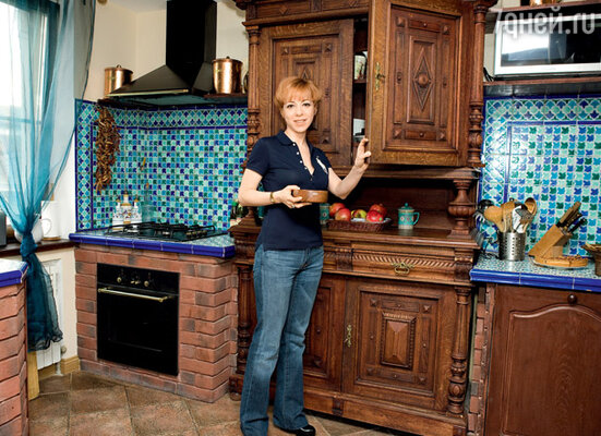 Думая о дизайне собственной кухни, Марианна мечтала о том, чтобы это не был типовой интерьер под ключ, чтобы кухня существовала только в одном экземпляре. Самой заметной деталью интерьера стал старинный буфет
