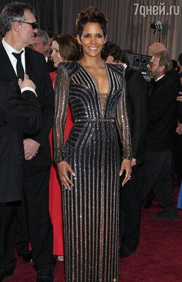 Платье, выбранное Холли Берри, очень утяжеляло ее фигуру