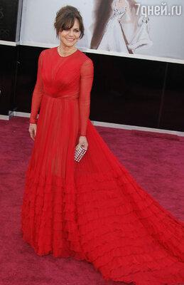 Красные платья — излюбленный выбор звездных гостей. Беспроигрышный, казалось бы, вариант не спас Салли Филд