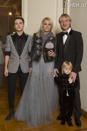 Евгений Плющенко и Яна Рудковская с сыновьями