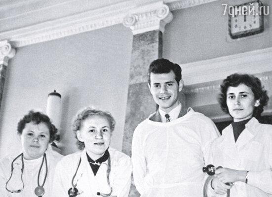 В мое время медицинские институты нуждались в мужчинах -- среди студентов преобладали женщины... Проблема состояла в том, что женщины-врачи, отучившись, часто выходили замуж и бросали профессию